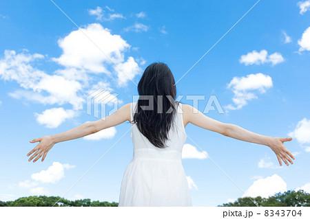 青空と女性 8343704