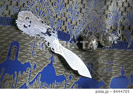 シルバー 銀製品 ペーパーナイフ ファッション ジュエリー バティック 民芸品 バリ島 インドネシア 東南アジア アジアン雑貨 布 綿 コットン プリント 金色 青色 お土産 模様 エキゾチック 背景 8444705