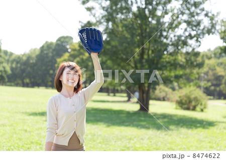 キャッチボールをする女性 8474622