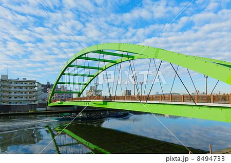 隅田川に架かる小台橋と油槽船と巻積雲 8494733