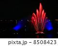 噴水のライトアップショー-赤のセンター噴水 8508423