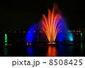 噴水のライトアップショー-オレンジのセンター噴水(補助噴水付)き 8508425
