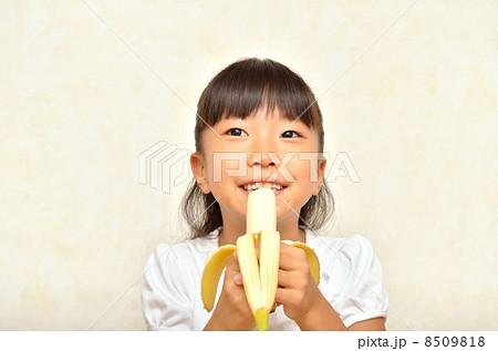 バナナを食べる女の子の写真素材 [8509818] - PIXTA