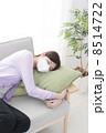 ソファーで寝込む女性 8514722