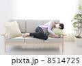 ソファーで寝込む女性 8514725