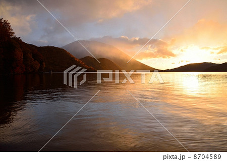中禅寺湖の日の出 8704589