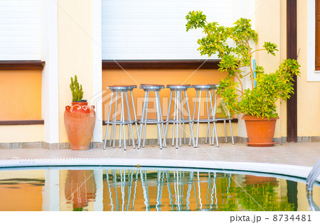 bar chairs and a swimming poolの写真素材 [8734481] - PIXTA
