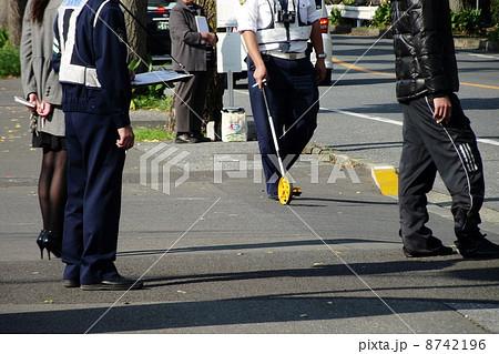 交通事故の現場検証が行われています 8742196