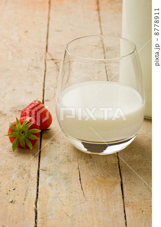 Milk on wooden table with strawberryの写真素材 [8778911] - PIXTA