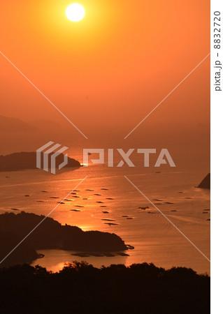 瀬戸内の夜明け 岡山いこいの村から日の出を迎える 湾に浮かぶ牡蠣棚 8832720