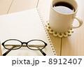 マグカップとノートと黒縁眼鏡 8912407