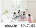 リビングでくつろぐ日本人家族 8917162