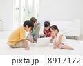 ノートパソコンを見る日本人家族 8917172