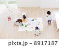 お絵描きをする日本人家族 8917187