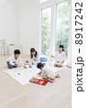 お絵描きをする日本人家族 8917242
