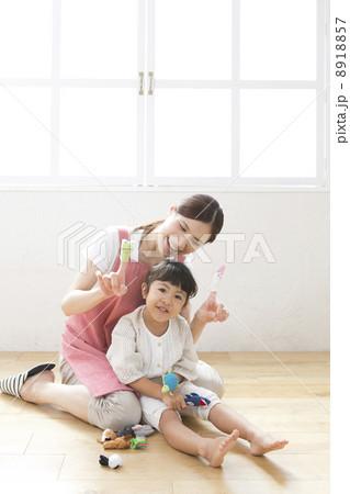 指人形で遊ぶ子供と保育士 8918857