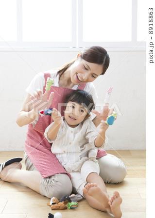 指人形で遊ぶ子供と保育士 8918863