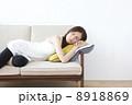 ソファに横になる女性 8918869