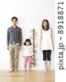 身長を測る親子 8918871