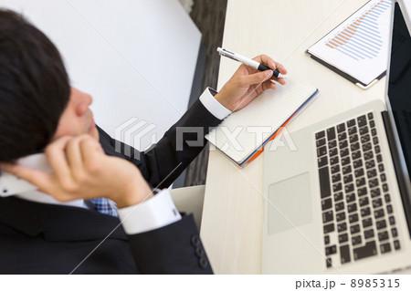 働くビジネスマン 8985315