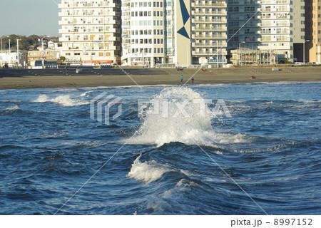満ち潮で波がぶつかり合う江の島側から見た陸繋砂州(トンボロ)部分 8997152
