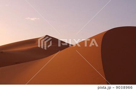夕暮れのサハラ砂漠 9038966
