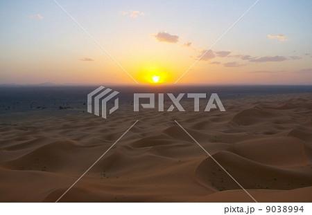 サハラ砂漠に沈む夕日 9038994