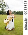 ホルン奏者イメージ(演奏、吹く、芝生) 9055675