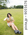 ホルン奏者イメージ(抱えて座る、芝生) 9055676