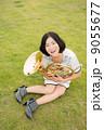 ホルン奏者イメージ(抱えて座る、芝生、見上げる) 9055677