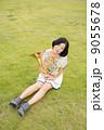 ホルン奏者イメージ(抱えて座る、芝生) 9055678