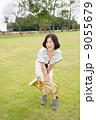 ホルン奏者イメージ(持って立つ、芝生) 9055679