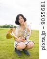 ホルン奏者イメージ(座る、芝生) 9055681