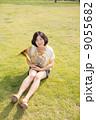 ホルン奏者イメージ(座る、芝生) 9055682