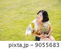 ホルン奏者イメージ(見上げる、芝生) 9055683