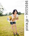 ホルン奏者イメージ(立つ、芝生) 9055686