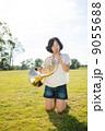 ホルン奏者イメージ(膝立ち、芝生) 9055688