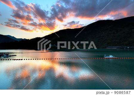 夕暮れの奥多摩湖 9086587
