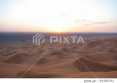サハラ砂漠に沈む夕日 9106541