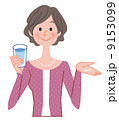 サプリを飲む女性 9153099