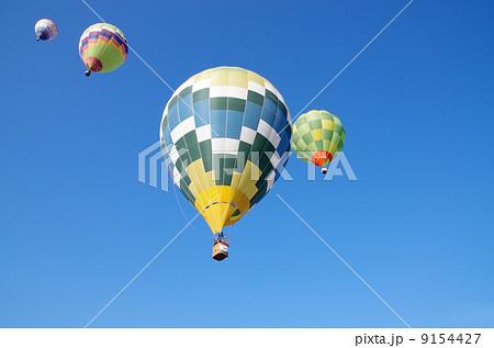 青空と熱気球 9154427