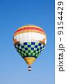 青空と熱気球 9154429
