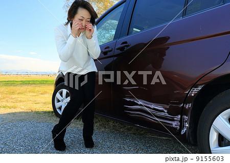 車をぶつけた女性 9155603