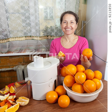 Mature woman making fresh orange juiceの写真素材 [9213850] - PIXTA