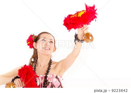 ハワイの民族楽器ウリウリで楽しそうにフラをするキュートな女の子 9223642