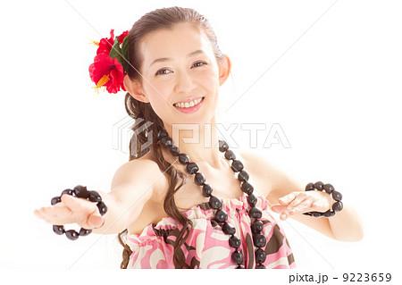 セクシーなハワイの民族衣装ククイを着てフラを踊る日本の美人 9223659