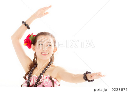 フラダンスの特徴的なポーズを決める笑顔が素敵な可愛らしい日本の女性 9223675