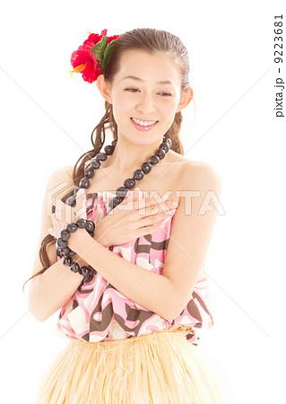 方が大きく開いたハワイのセクシーな民族衣装を着てフラダンスを踊る日本美人 9223681