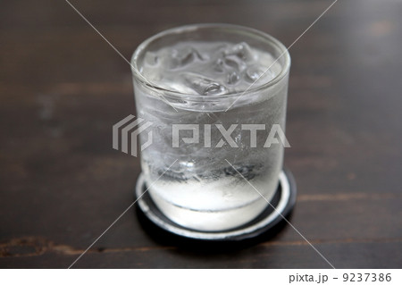 Glass with water on wood backgroundの写真素材 [9237386] - PIXTA