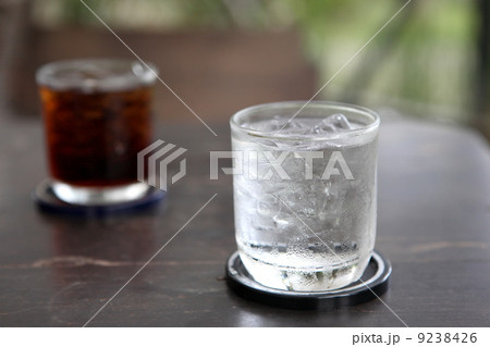 Glass with water and cola on wood backgroundの写真素材 [9238426] - PIXTA